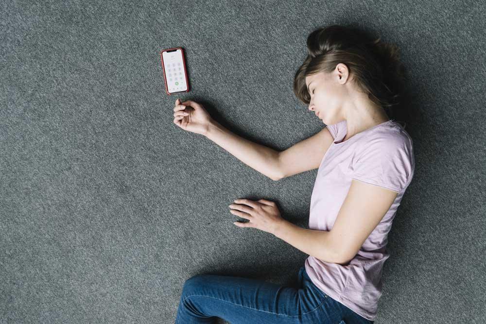 femme évanouie au sol